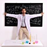 黑板的惊奇的老师 免版税库存照片