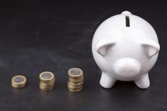 黑板的白色存钱罐:储款 免版税库存照片