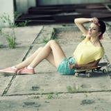 滑板的行家女孩 免版税图库摄影