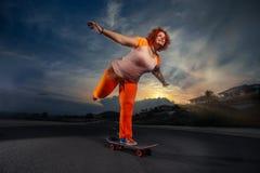 滑板的踩滑板的妇女 免版税库存图片