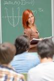 黑板算术学生女孩站立的前面  免版税库存照片
