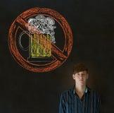 黑板背景的没有啤酒酒精人 免版税图库摄影