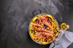 黑板表面上的西班牙海鲜肉菜饭盘 库存照片