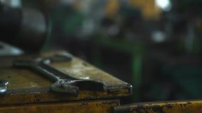 板钳特写镜头在工业机器附近的在一家老工厂 工业车间 股票视频