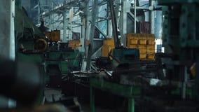 板钳特写镜头在工业机器附近的在一家老工厂 行业讨论会 股票录像