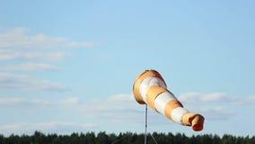 翻板,指南针表明风的方向乘飞机去 股票录像