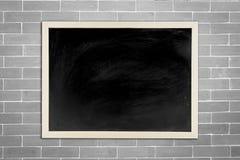黑板,有木制框架的黑板在老砖白色墙壁上 免版税库存图片
