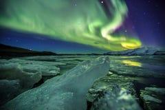 极光在冰川盐水湖Jokulsarlon在冰岛 免版税库存图片