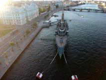 极光巡洋舰顶面日落视图在内娃河的在圣彼得堡 免版税库存照片
