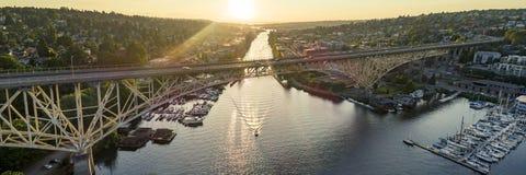 极光桥梁日落全景鸟瞰图在西雅图,华盛顿 免版税库存图片