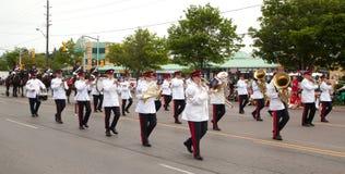 极光,加拿大7月1日:在加拿大日游行的游行乐队 免版税库存照片