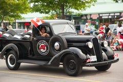 极光,加拿大7月1日:游行的参加者在加拿大日的在2013年7月1日的极光 免版税库存图片