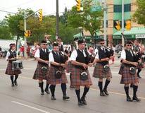 极光,安大略,加拿大7月1日:他们的弹他们的风笛的苏格兰男用短裙的爱尔兰人在加拿大日游行期间 库存图片