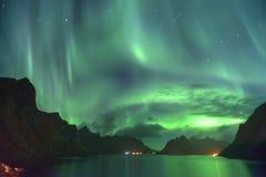 极光Borealis和飞星& x28; 北lights& x29;从Lofoten,挪威 免版税库存图片