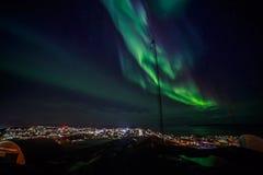 极光Borealis绿灯与光亮的星的在fjor 免版税库存图片