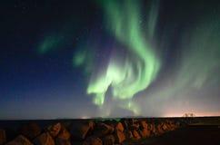 极光borealis,岩石堤, Gardur,冰岛 免版税图库摄影