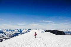 极其体育运动 冬天山的孤立远足者 库存照片