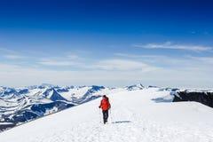 极其体育运动 冬天山的孤立远足者 图库摄影