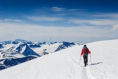 极其体育运动 冬天山的孤立远足者 库存图片