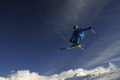 极其跳的滑雪者 库存照片
