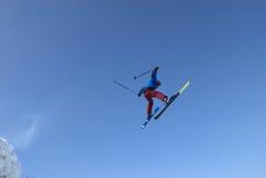 极其飞行滑雪 免版税库存照片