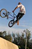 极其骑自行车的人BMX循环 免版税库存图片