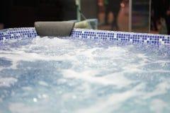极可意浴缸打旋的水 库存图片