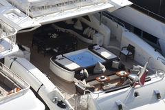 极可意浴缸和就座区域在一条超级游艇 免版税图库摄影