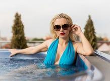 极可意浴缸的妇女 免版税库存图片