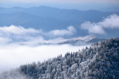 极大的山发烟性冬天 免版税库存照片