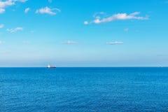 极大的海洋的看法,距离的一艘流动的船,是 图库摄影