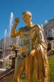 极大的级联 它包括许多喷泉和用古铜色镀金面雕塑装饰 Petergof,圣彼德堡 免版税图库摄影