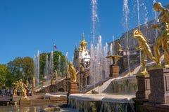 极大的级联 它包括许多喷泉和用古铜色镀金面雕塑装饰 Petergof,圣彼德堡 免版税库存图片