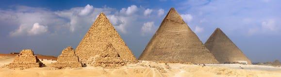 极大的金字塔,位于吉萨棉。 全景 免版税图库摄影