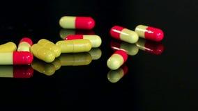 极少数在黑背景的五颜六色的药片,慢 影视素材