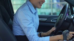 极度高兴的女性喜欢与第一辆被购买的汽车,接触任意按钮,自动 股票录像