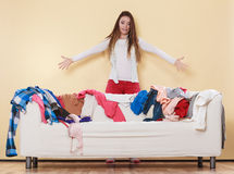极度兴奋在杂乱屋子家里的妇女 免版税图库摄影