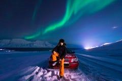 极性北极人北极光极光borealis天空星在朗伊尔城市月亮山的挪威斯瓦尔巴特群岛 免版税图库摄影