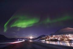 极性北极北极光极光borealis天空星在朗伊尔城市旅行山的挪威斯瓦尔巴特群岛 图库摄影