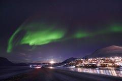 极性北极北极光极光borealis天空星在朗伊尔城市旅行山的挪威斯瓦尔巴特群岛 库存照片