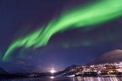 极性北极北极光极光borealis天空星在朗伊尔城市旅行山的挪威斯瓦尔巴特群岛 免版税图库摄影