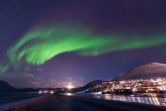 极性北极北极光极光borealis天空星在朗伊尔城市旅行山的挪威斯瓦尔巴特群岛 免版税库存照片