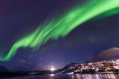 极性北极北极光极光borealis天空星在朗伊尔城市旅行山的挪威斯瓦尔巴特群岛 免版税库存图片