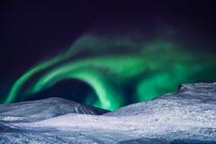 极性北极北极光极光borealis天空星在朗伊尔城市月亮山的挪威斯瓦尔巴特群岛 免版税图库摄影