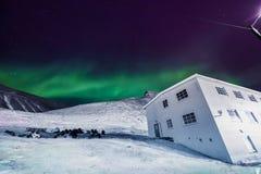 极性北极北极光极光borealis天空星在朗伊尔城市月亮山的挪威斯瓦尔巴特群岛 库存照片