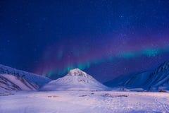 极性北极北极光极光borealis天空星朗伊尔城市山的挪威斯瓦尔巴特群岛 免版税库存图片