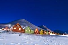 极性北极北极光极光snowscooter borealis天空星在挪威斯瓦尔巴特群岛在朗伊尔城月亮山 库存照片