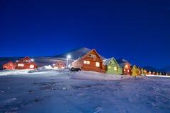 极性北极北极光极光snowscooter borealis天空星在挪威斯瓦尔巴特群岛在朗伊尔城月亮山 图库摄影