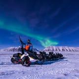 极性北极雪上电车北极光极光borealis天空星在朗伊尔城城市居民山的挪威斯瓦尔巴特群岛 免版税库存照片