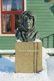 极性探险家罗尔德・亚孟森的胸象在极性博物馆大厦前面的在特罗姆瑟,挪威 免版税库存图片